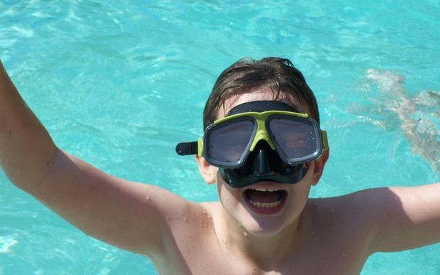 kluk s brýlemi ve vodě