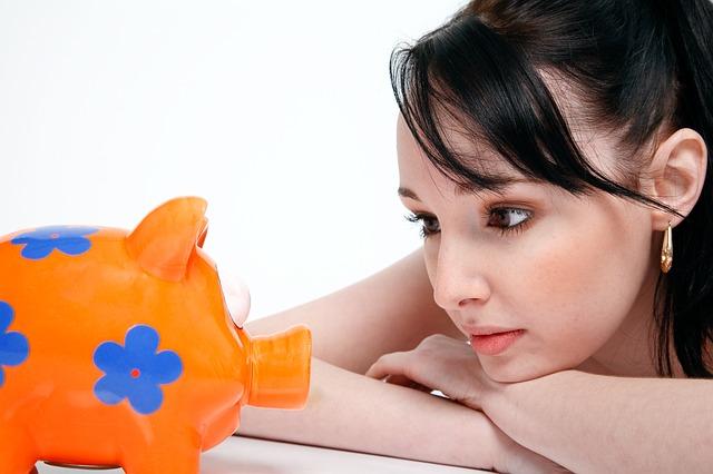 dívka s pokladničkou