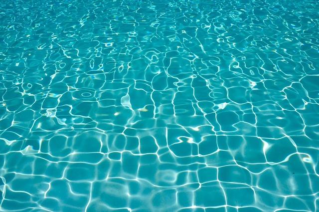 křišťálově průzračná voda v bazénu