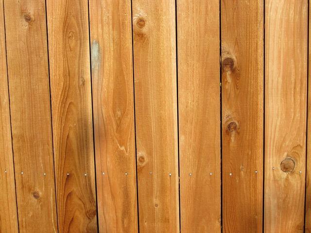 přibitá dřevěná prkna